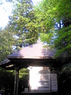 宮城県涌谷町箟岳山の箟峯寺白山堂脇の画像です。