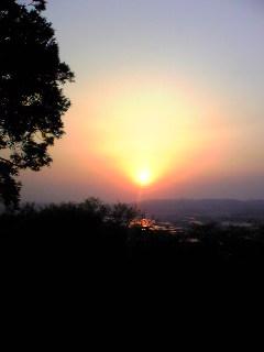 今朝の宮城県涌谷町箟岳山山頂から見た朝日の様子です。