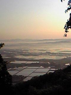 今朝の宮城県涌谷町箟岳山山頂から見たふもとの様子です。