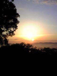 昨日の宮城県涌谷町箟岳山山頂から見た朝日の様子です。
