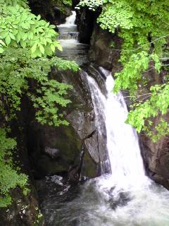 宮城県加美町小野田の荒沢の滝の様子です。