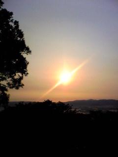 今朝の宮城県涌谷町箟岳山から見えた朝日の様子です。