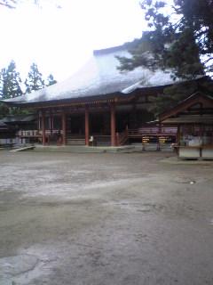 岩手県平泉町毛越寺の本堂の様子です。