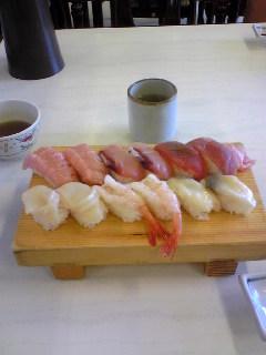 青森県八戸市の八食センター内にある『勢登鮨』さんの特選ずしです。