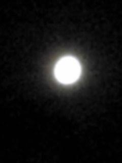 今夜の宮城県涌谷町箟岳山上空の月の様子です。