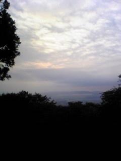 今朝の箟岳山の東側の空は雲が多いようです。