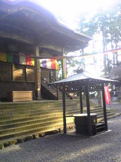 御開帳期間中の箟峯寺本堂前の様子です。
