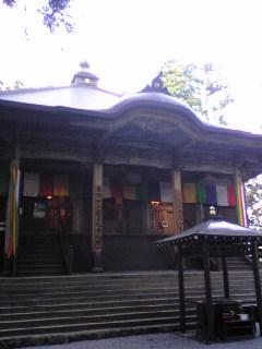 特別御開帳の準備が整いつつある箟峯寺本堂の様子です。