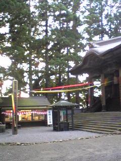 明けて昨日夕方の箟峯寺本堂前の様子です。