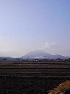 宮城県加美町小野田下野目から見た藥來山の様子です。