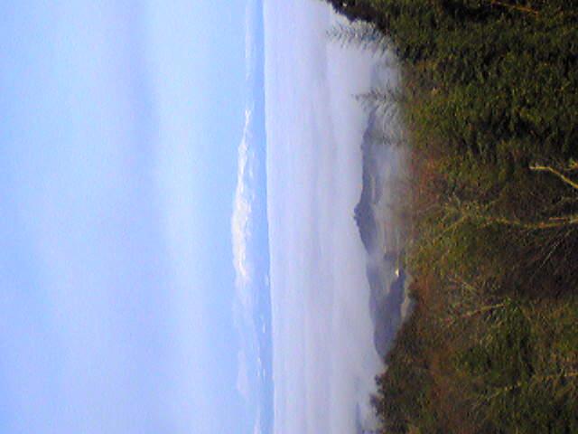 昨日の朝、箟岳山から見えた栗駒山方向の景色です。