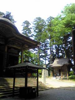 日中は薄日が差し込んだ箟岳山箟峯寺の境内です。