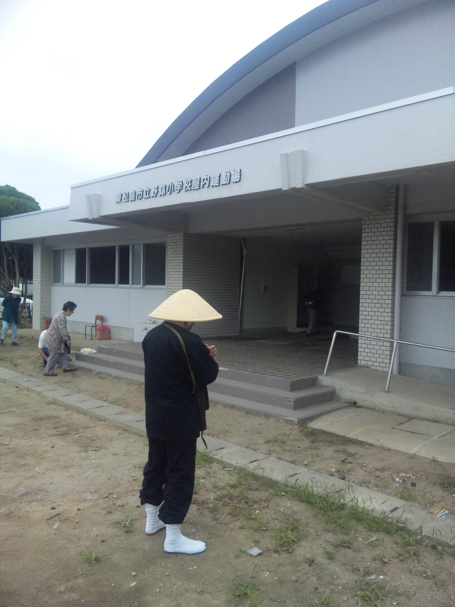 宮城県東松島市立野蒜小学校体育館前での御回向の様子です。